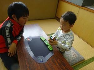 4歳のしょうたろうくんがパズルを揃えているところ