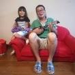 孫娘と一緒にウクレレを楽しんでいます。